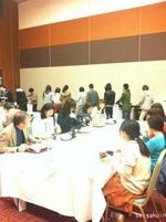 【2012年FO】宿泊行事であるフレッシュマン・オリエンテーションでは新入生と先生方が共に食事を取ります。