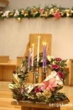 【聖学院大学】チャペル壇上にクリスマスリースが飾られました